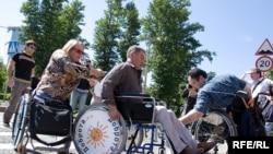 Иван Дыховичный, принимавший участие в акции, на себе испытал неприспособленность Москвы для инвалидов