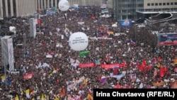 """Митинг """"За честные выборы"""" на проспекте Сахарова в Москве, 24 декабря 2011 года. В акции участвовали, в том числе, и националисты, но тон ей задавали не они."""