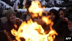 Поддржувачите на Џиоева се греат на протестите пред владата.