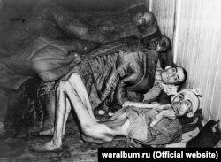 Четверо виснажених в'язнів концтабору «Освенцим» після звільнення. Фото з виставки «Тріумф людини. Мешканці України, які пройшли нацистські концтабори»