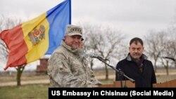 Generalul american Philip Breedlove și fostul ministru al apărării Anatol Șalaru în 2016 la poligonul de la Bulboaca