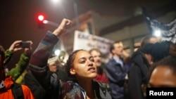 Акция протеста после отказа присяжных в Нью-Йорке предъявлять обвинения белому полицейскому. Калифорния, 3 октября 2014 года.