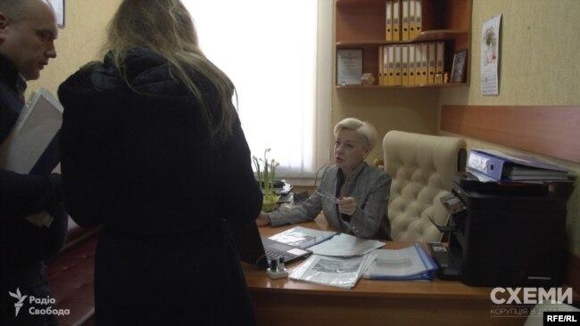 Біля журналістки стоїть Юрій Бондар - заступник селищного голови з питань роботи виконавчих органів