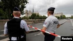 Poliţia în apropierea catedralei Notre Dame