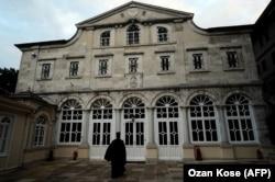 Sveštenik ispred Patrijaršije u Istanbulu