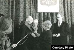 Эльжбета Смулкова ўручае польскія ордэны Вячаславу Вярэнічу і Адаму Мальдзісу