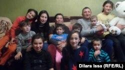 Кайырбек и Карлыгаш Дарибаевы с детьми в новой квартире. Шымкент, 3 января 2016 года.