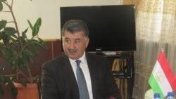 Раиси Бадахшон як кӯдаки захмиро ҷарроҳӣ кард