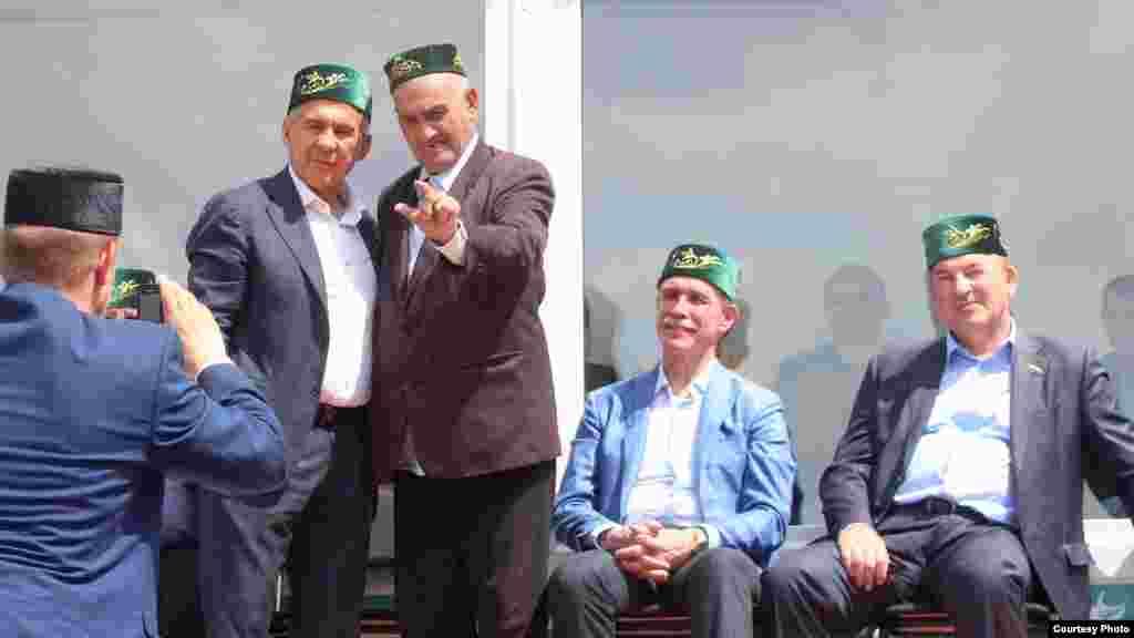 Халык Татарстан президенты Рөстәм Миңнеханов белән фотога төшә