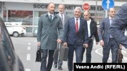 Bivši predsednik Opštine Grocka Dragoljub Simonović (u sredini), koji je optužen da je naložio paljenje kuće Jovanovića, prilikom dolaska u sud