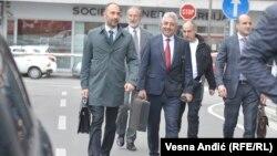 Simonović sa advokatima na fotografiji u sredini, pred sudom u Beogradu,