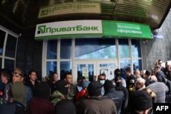 Проросійські бойовики штурмують відділення «Приватбанку» в Донецьку, 28 квітня 2014 року