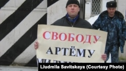Один из участников пикетов в поддержку Милушкина, Псков, 24 февраля 2019