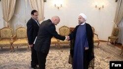جولیو هاز، سفیر سوییس در تهران، استوارنامه خود را به حسن روحانی، رئیس جمهور ایران تقدیم میکند.