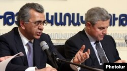 Armenia - Transport and Communications Minister Manuk Vartanian (L) and the chief executive of the Spanish company Corsan Corvian Construccion, Francisco Garcia Martin, at a news conference in Yerevan, 27Apr2012.
