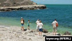 Туристы на западной части бывшего неофициального пляжа