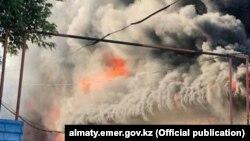 Пожар на складе в Жетысуском районе Алматы на фото, предоставленном пресс-службой городского департамента по ЧС 18 июля 2019 года.