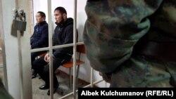 Обвиняемые Марс Бодошев (слева) и Акмат Сейитов. Свердловский районный суд Бишкека. 10 декабря 2018 года.