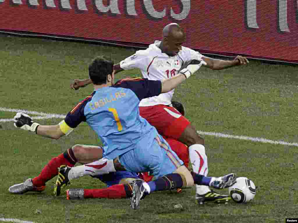 South Africa -- Switzerland's Gelson Fernandes (in white) scores past Spain's goalkeeper Iker Casillas (1) during a 2010 World Cup Group H match at Moses Mabhida stadium in Durban on 16Jun2010 - Switzerland's Gelson Fernandes (in white) scores past Spain's goalkeeper Iker Casillas (1) during a 2010 World Cup Group H match at Moses Mabhida stadium in Durban June 16, 2010. REUTERS/Rogan Ward (SOUTH AFRICA - Tags: SPORT SOCCER WORLD CUP)