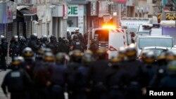 Поліція під час спецоперації в Сен-Дені, 18 листопада 2015 року
