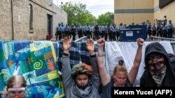 پس از رویداد کشته شدن یک شهروند سیاهپوست به دست یک پولیس سفید پوست، مظاهره برای سه روز پیهم در شهر مینیا امریکا ادامه دارد و معترضان خواهان عدالت شده اند.