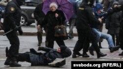 Pamje nga ndërhyrja e policisë së Bjellorusisë kundër pjesëmarrësve të protestës kundër qeverisë në Minsk