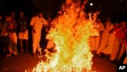 Протестующие поджигают куклу главы штата Керала Пинарая Виджаяна, 2 января 2019 года
