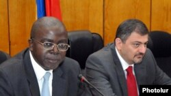 Armenia -- Armenian Minister of Finance Vache Gabrielian (R) and head of the World Bank Yerevan Office Jean-Michel Happi at a joint press conference, Yerevan, 07July2011