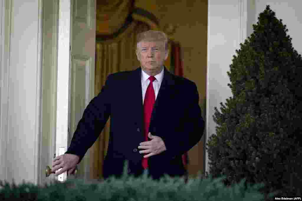 دونالد ترامپروز جمعه از بازگشایی سه هفتهای دولت فدرال بر اساس توافقی با اعضای کنگره خبر داد. دونالد ترامپ که در کاخ سفید صحبت میکرد گفت:درصورتی که تا ۱۵ فوریه کنگره بر سر ساخت دیوار (در مرز مکزیک) به توافقی نرسد، از قدرت اضطراری استفاده خواهم کرد یا دولت فدرال دوباره تعطیل خواهد شد.دفتر بودجه کنگره آمریکا میگویداقتصاد اين کشور از تعطیلی ۳۵ روزه به خاطر اختلاف بر سر بودجه دیوار مرزی مورد درخواست ترامپ، ۱۱ میلیارد دلار ضرر کرده است.