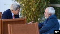 ABŞ-nyň döwlet sekretary Jon Kerri (çepde) we Eýranyň daşary işler ministri Mohammad Jawad Zarif.