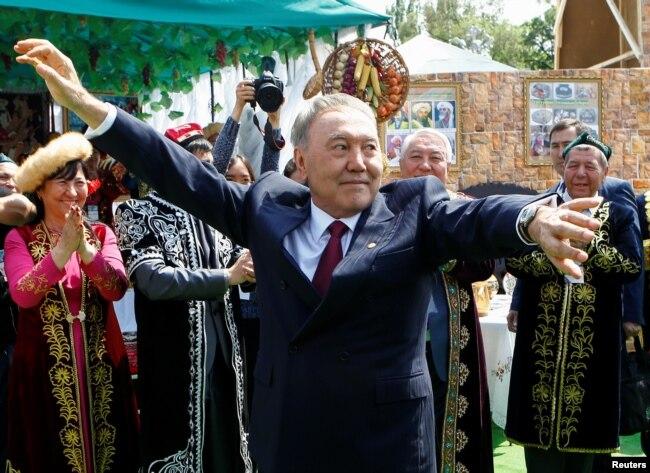 Назарбаев Бірлік күні мерекесінде жүр. Алматы, 1 мамыр 2016 жыл.