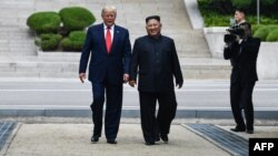 Лидерот на Северна Кореја оди со претседателот на САД Доналд Трамп северно од демилитаризираната зона кој ги разделува двете Кореи.