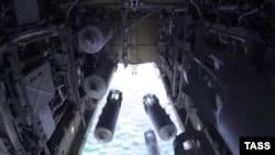 Российский дальний бомбардировщик Ту-22 сбрасывает бомбы по целям в Сирии.