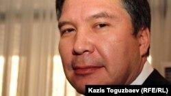 «Руханият» партиясының төрағасы Серікжан Мәмбеталин партияның сьезінде. Алматы, 30 қараша, 2011 жыл