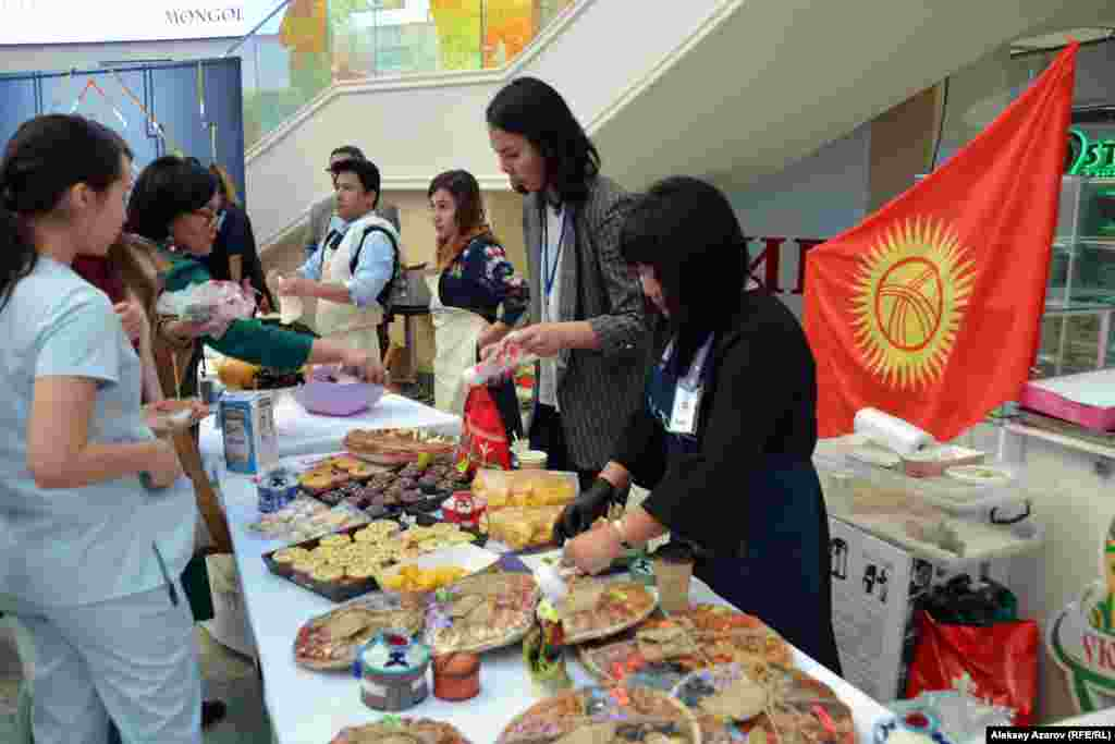 Статус международного этому мероприятию придало участие в нем кулинаров из Кыргызстана и Узбекистана. Гости из Кыргызстана развернули флаг страны за своей спиной. А на фартуках и бейджах у них была аббревиатура KDK, что означает «Клуб друзей кулинарии». Участники из Кыргызстана представили большой ассортимент кулинарных изделий.