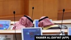 Kuweýtiň nebit ministri Anas al-Salehi (çepde) ýurduň daşary işler ministri Şeýh Sabah al-Haled al-Sabah bilen gürleşýär.