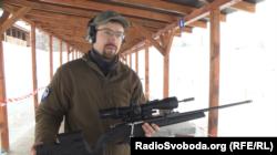 Експерт зі снайпінгу Тарас Олійник показує гвинтівку