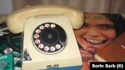 Telefoane cu disc - așteptai uneori și zece ani aprobarea la cererea de telefon. De multe ori, erai cuplat și puteai asculta telefoanele străinilor, așa cum și ei le puteau asculta pe ale tale, după cum o făcea frecvent Securitatea