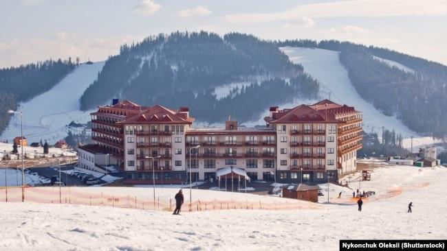 Лижники на схилі гірськолижного курорту «Буковель»