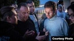Людзі шукаюць сваякоў каля турмы ў Жодзіне