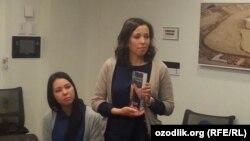 Дочери Мухаммада Бекжана получают награду Press Freedom Award, выданную их отцу «Репортерами без границ».