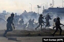 نیروهای وفادار به نیکلاس مادورو روز سهشنبه برای سرکوب اعتراضها اقدام کرده و از جمله یک خودروی نظامی آنها جمعی از مخالفان را زیر گرفت.