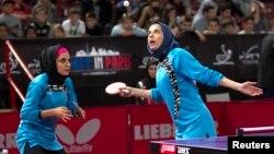 Иранские теннисистки играют в парном разряде в отборочном туре чемпионата мира по настольному теннису. Париж, 14 мая 2013 года.