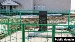 2011 елда Түбән Шытсу мәктәбе каршында ачылган яңа һәйкәл
