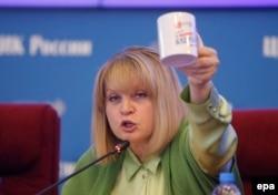 Ella Pamfilova prezintă premiul pentru cea mai bună întrebare jurnalistică, o cană.