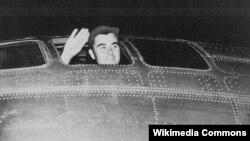 1945 йилда Хиросимага бомба ташлаш учун учиб кетаётган самолёт учувчиларидан бири.