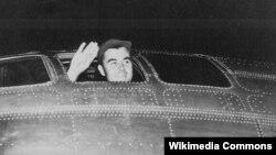 Пилот в кабине самолета перед вылетом на бомбардировку Хиросимы.