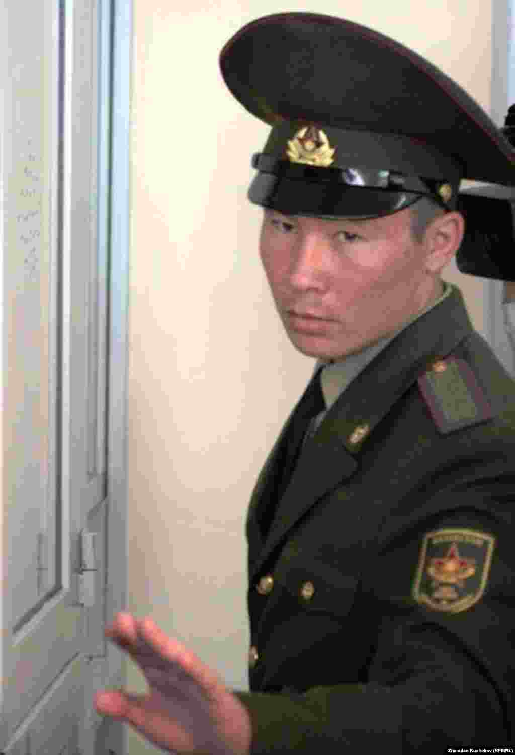 Солдат-конвоир на процессе по по делу бывшего министра Жаксылыка Доскалиева. Астана, 19 мая 2011 года.