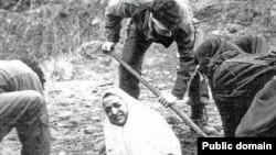 İranda qadını daşqalaq etmək üçün yarıya qədər yerə basdırırlar, Arxiv