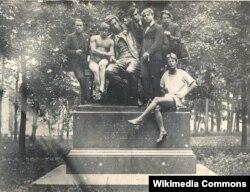 Sergey Yesenin dostu Volf Erlixlə birlikdə tələbələrin əhatəsində.